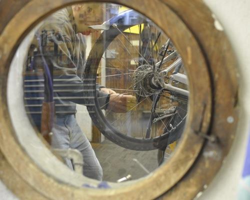 Werkstatt: Ein Guckloch auf die Arbeit beim Velociped.