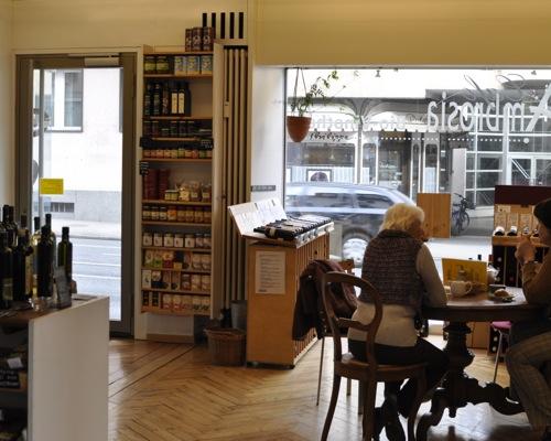 Das Café: «Ambrosia», früher noch Bioladen, heute mit Vinothek.