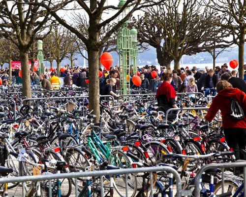 Die Velobörse am Nationalquai (Bild: www.proveloluzern.ch)...