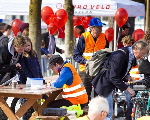 ...mit vielen Helferinnen und Helfern (Bild: www.proveloluzern.ch)