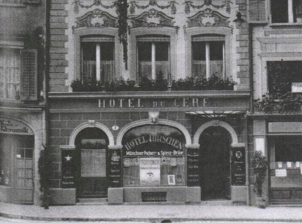 Die Schaufensterwerbung verspricht «Täglich Konzert» im Hotel Hirschen in Luzern (Aufnahme um 1930). Quelle: Businger, Susanne (2012)