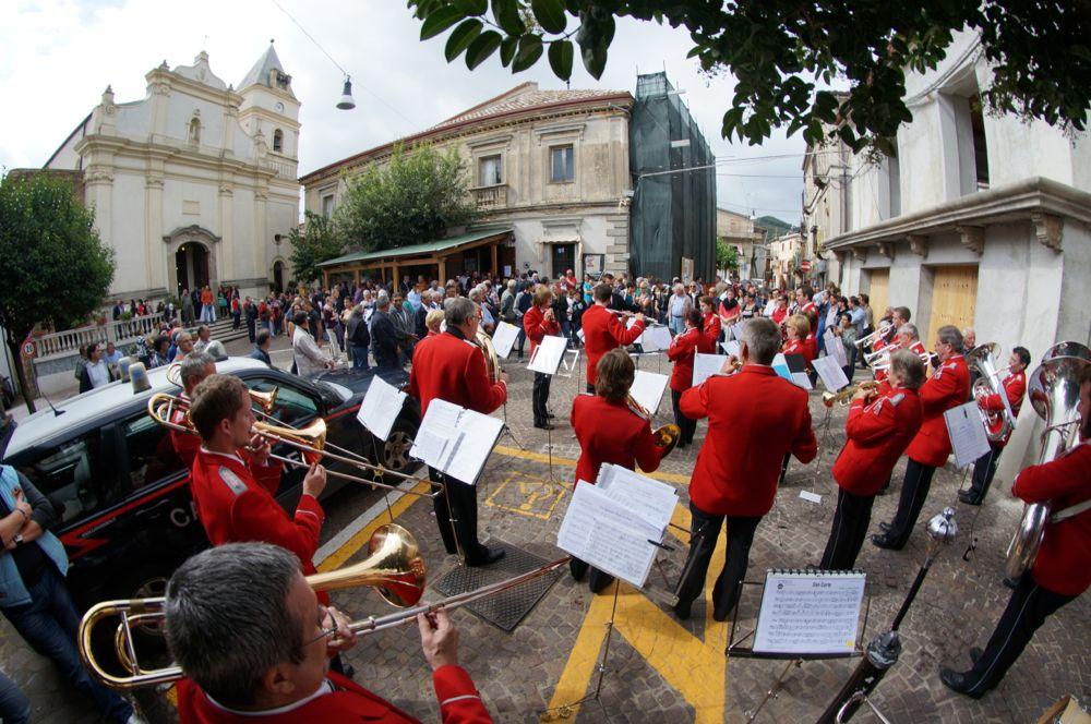 Der Musikverein Rotkreuz bei seinem Auftritt am Partnerschaftsfest in Amaroni 2013. (Bild: zvg)
