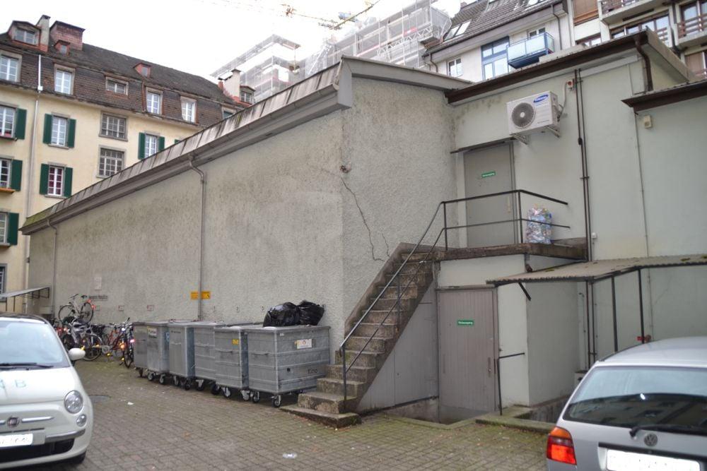 Bitte Platz nehmen: Der Saal des Kinos Moderne im Innenhof an der Ecke Pilatus- und Hirschmattstrasse.