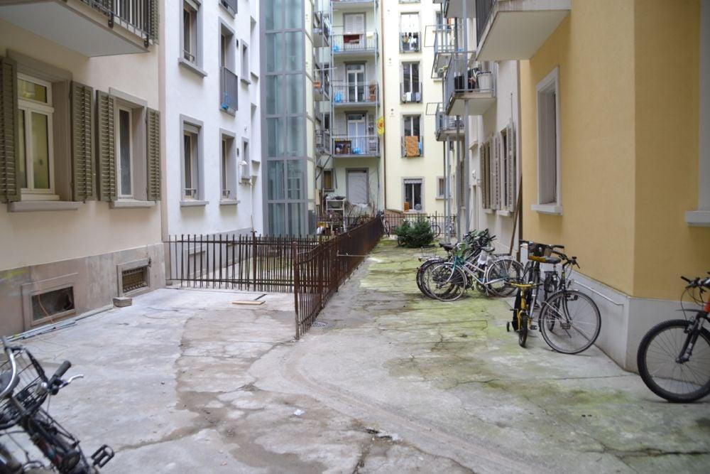 Keiner zu klein, um ein Innenhof zu sein. Gefunden hinter dem Café Meyer an der Winkelriedstrasse.
