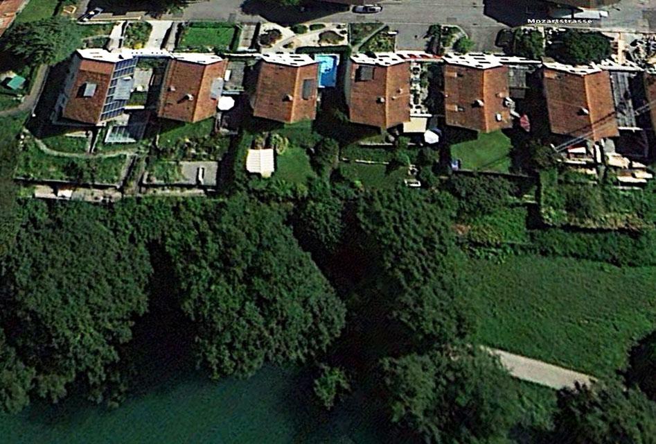 Vom kleinen ins grosse Becken: Ein Swimmingpool am Rotsee. (google earth)