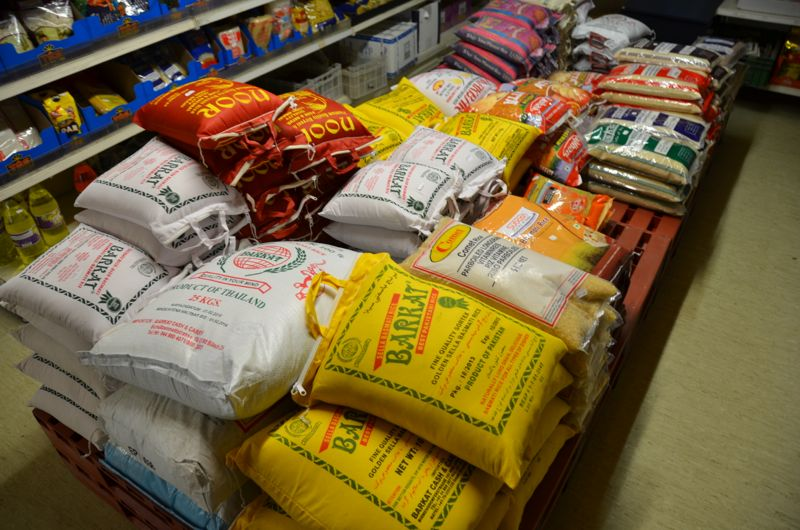 Reis in Mengen für eine ganze Fussballmannschaft gibt es im Mizpha Shopping Center.