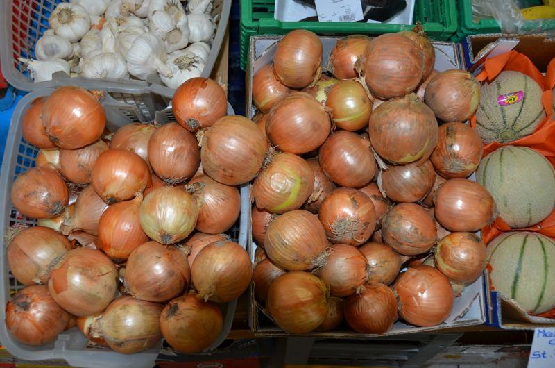 Typisch für die Baselstrasse: Faustgrosse Zwiebeln. Diese sind aus dem Top Marché.