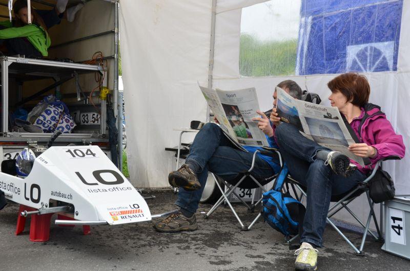 Derweil im Fahrerlager: Eltern vertreiben sich die Zeit zwischen den Rennläufen mit Zeitung lesen.(mag)