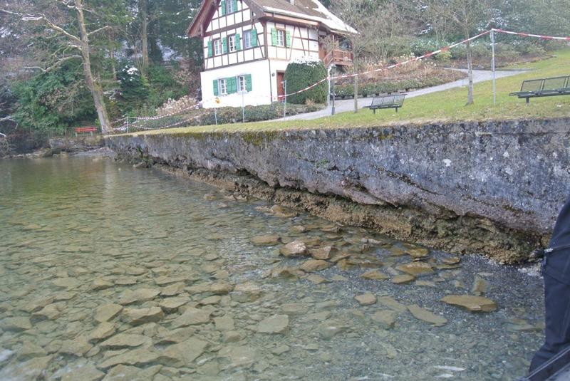 So sah die Ufermauer vor der Sanierung aus: Das Fundament war unterspült, die Mauer drohte, zu kippen.