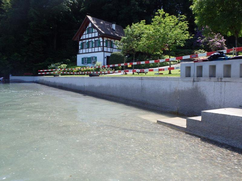 So sieht die neue Ufermauer nach der Sanierung aus. Der frische Kies im Wasser soll Lebensraum für Tiere bieten.