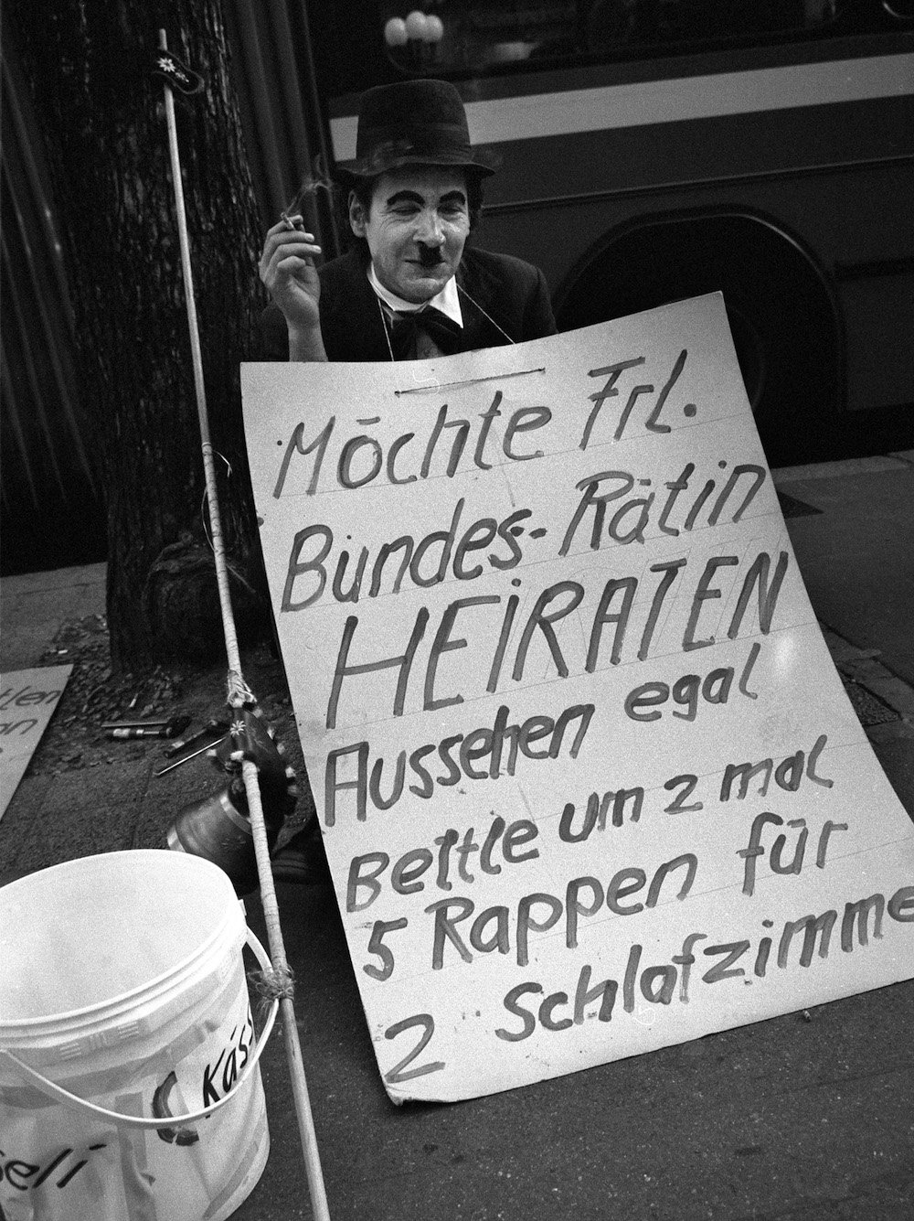 Frölein Philosophin Emil Manser in seinem Chaplin Outfit.(Bild: Emanuel Ammon/Aura)