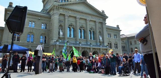 Das buntgemischte Publikum vor dem Bundeshaus in Bern.