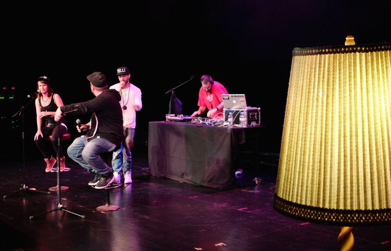 Fratelli-B: Die Zuger Rapper mitsamt DJ und einem Gast im Theatersaal.