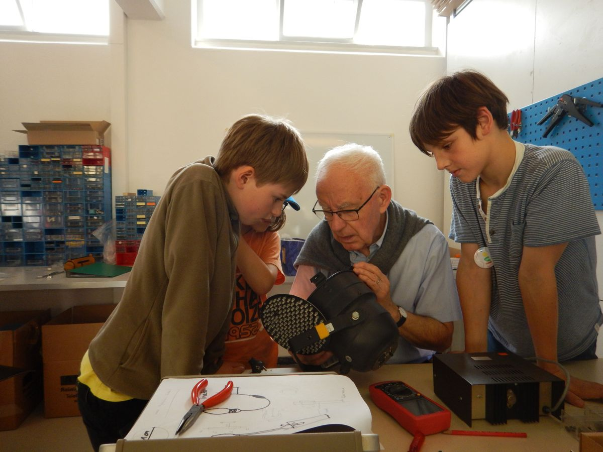 Im «Tüftelwerk» arbeiten auch Senioren mit handwerklichem Hintergrund und erklären den Kindern, wie sie ihre Ideen umsetzen können. (Bild: zvg)