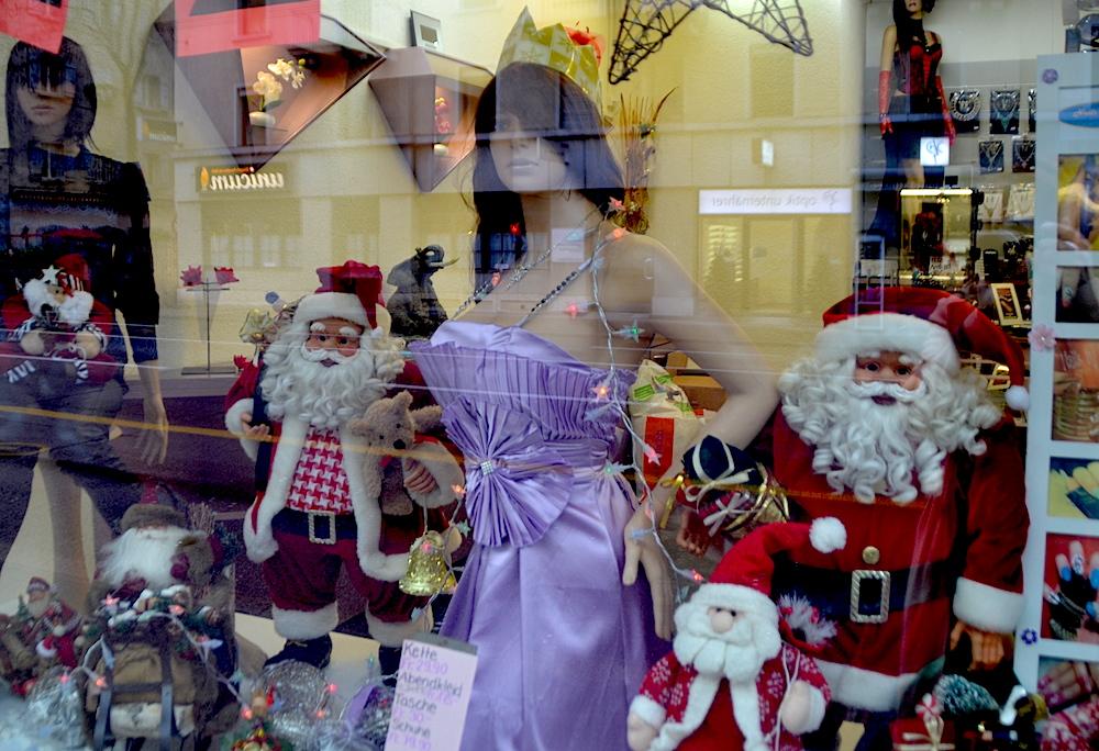 Die vollbusigste Luzerner Schaufensterpuppe im Weihnachtsfieber.
