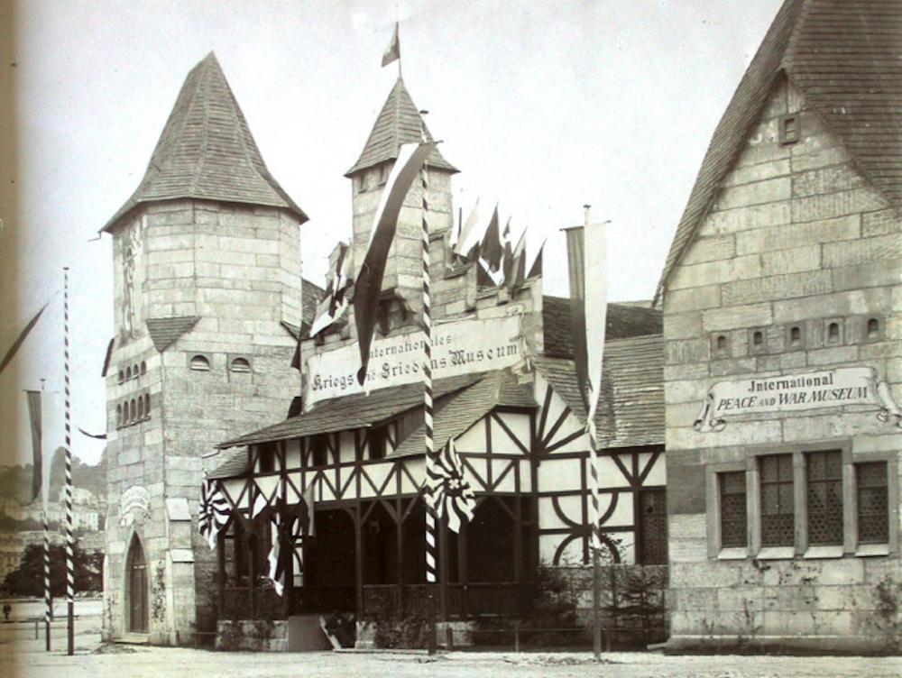 Der eindrückliche Eingang des Gebäude. Dhttp://www.stadtluzern.ch/dl.php/de/0d510-s3uhkn/FlyerKFMLA4.pdf)