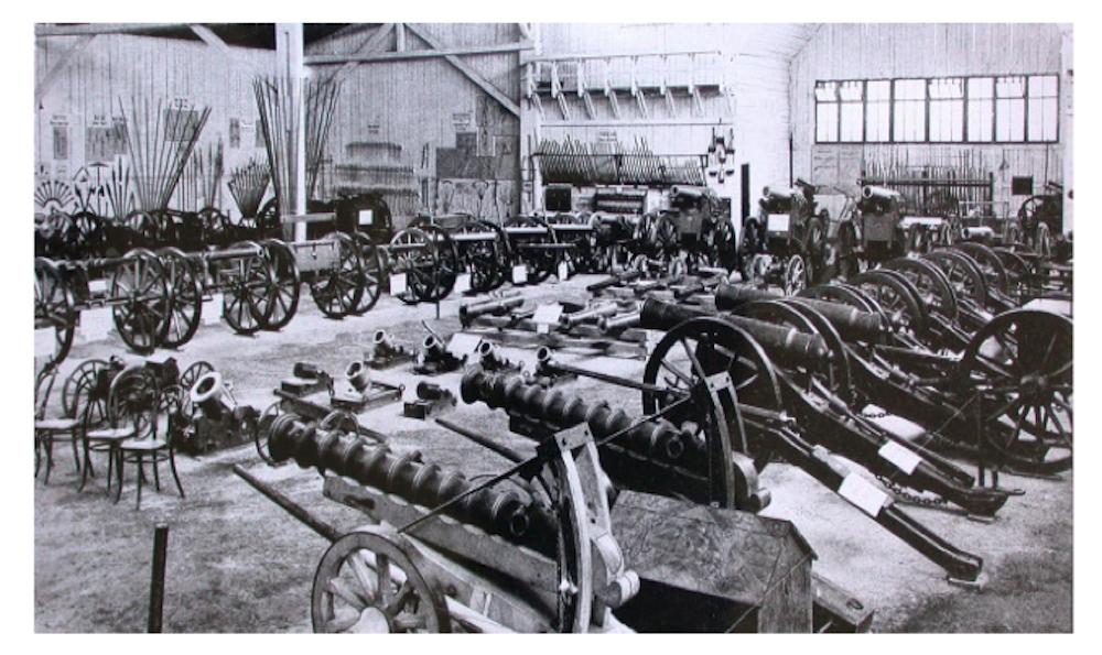 Im Inneren des Museums waren Waffen und Kanonen ausgestellt. (Bild: Stadtarchiv Luzern: http://www.stadtluzern.ch/dl.php/de/0d510-s3uhkn/FlyerKFMLA4.pdf)