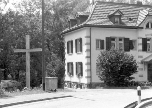 Dieses Holzkreuz bei Sihlbrugg soll eine Antenne beinhalten.