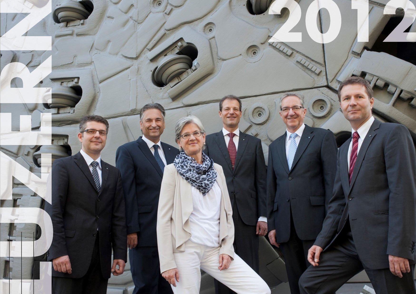 Foto 2012: (v.l.) Staatsschreiber Lukas Gresch-Brunner. Rechts die Regierung: Guido Graf (CVP), Yvonne Schärli-Gerig (SP), Reto Wyss (CVP), Robert Küng (FDP), Marcel Schwerzmann (pl).