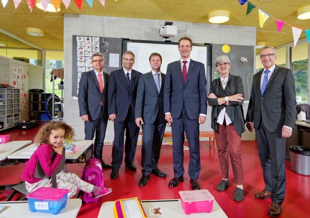 Das offizielle Regierungsfoto 2015. (v.l.) das pinke Mädchen, Staatsschreiber Lukas Gersch. Die Regierung: Guido Graf, Marcel Schwerzmann, Reto Wyss, Yvonne Schärli-Gerig und Robert Küng.