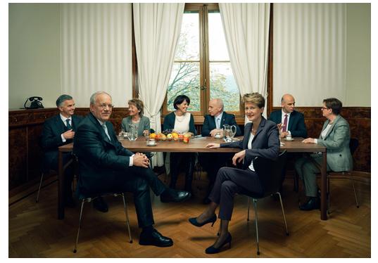Sie lachen, unterhalten sich, es sieht gemütlich aus: Das offizielle Bundesratsfoto 2015 ist neu in seiner Art. Teilweise wurde mit Photoshop nachgeholfen, beim Lächeln zum Beispiel oder bei der Halskette von Doris Leuthard, weiss SRF.