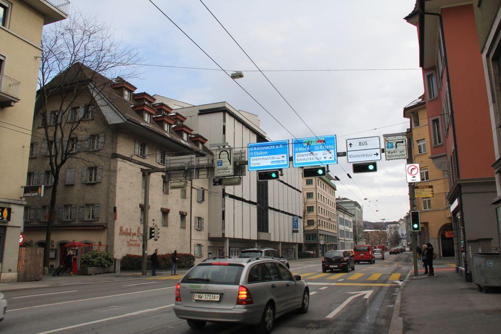 Hier am Hirschengraben müssten die Autofahrer, die zum Bahnhof wollen, auf die rechte Spur wechseln. Viele übersehen das noch immer.