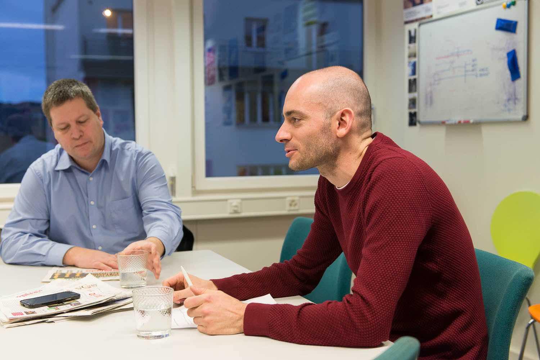 Nico van der Heiden (vorne) und Peter With im Streitgespräch.