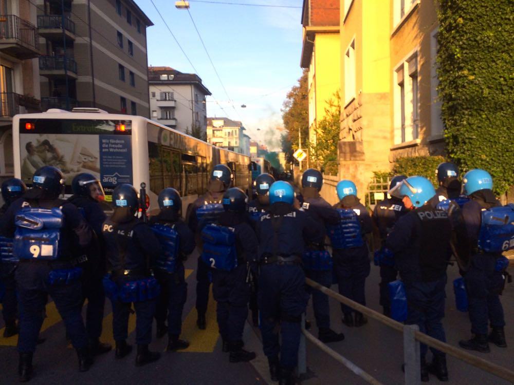 Grossaufgebot der Polizei an der Voltastrasse, nahe beim FCL-Stadion, letzten Sommer. Entlang dieser Strasse werden die Gästefans von den VBL vom Bahnhof zum Stadion und zurück transportiert.