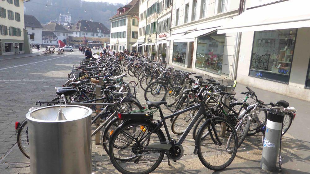 So wie dieser Veloparkplatz auf dem Mühleplatz sollen auch die anderen in der Altstadt ausgestattet werden.