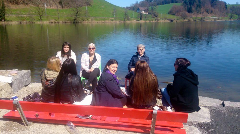 Am Rotsee im Maihofquartier kann man direkt am Wasser sitzen.