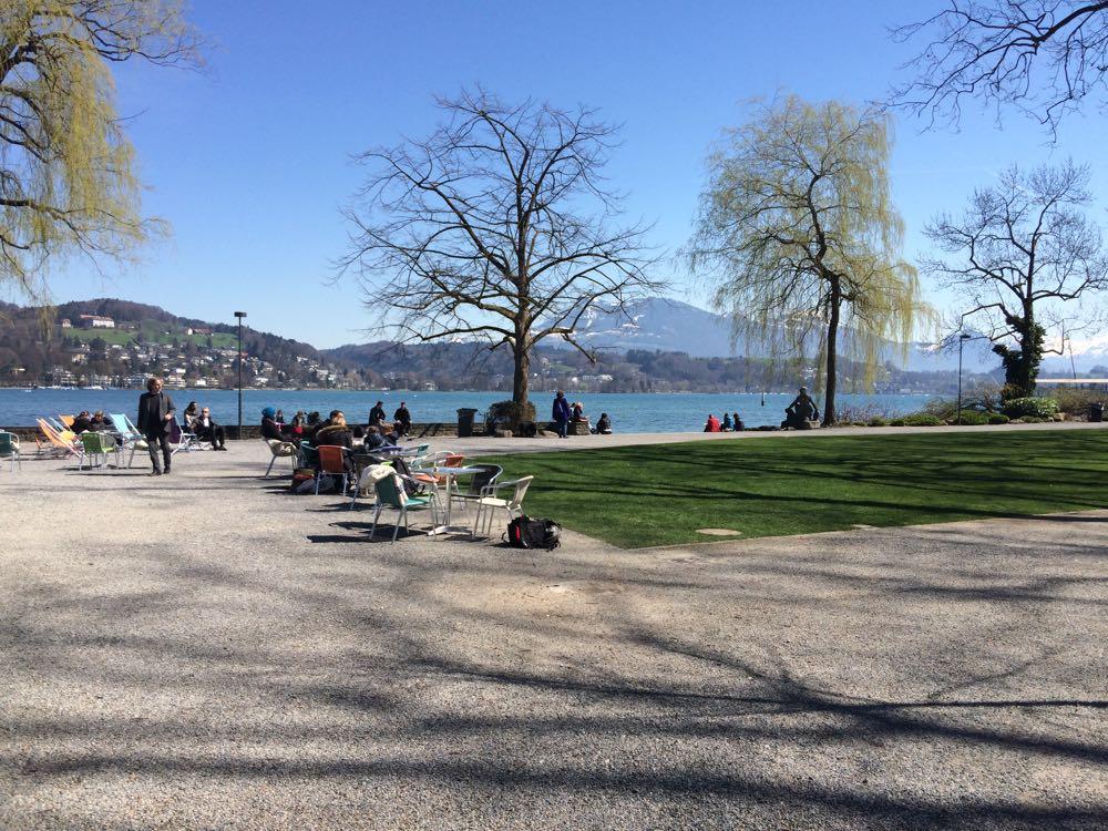 Wenn man ein Getränk bestellt, kann man auf dem Inseli bequem auf einem Stuhl picknicken.