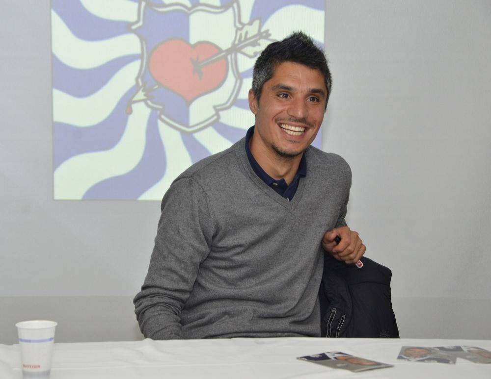 FCL-Spieler Christian Ianu hat ein Herz für den neuen Fanclub.