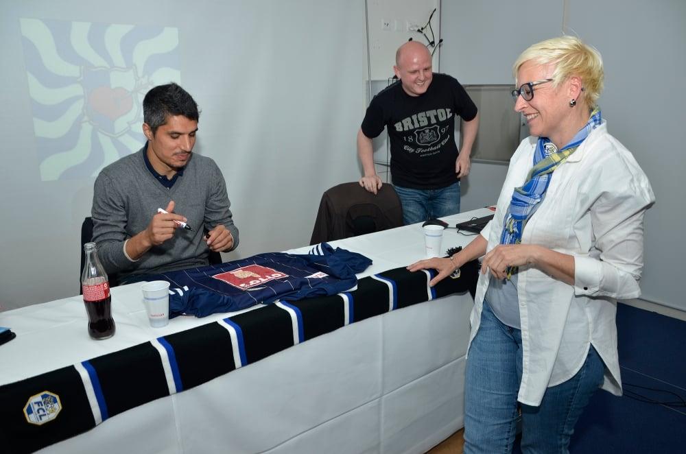 FCL-Spieler Christian Ianu gibt an der Gründungsversammlung Unterschriften. Rechts neben ihm steht Michael Gründeler.