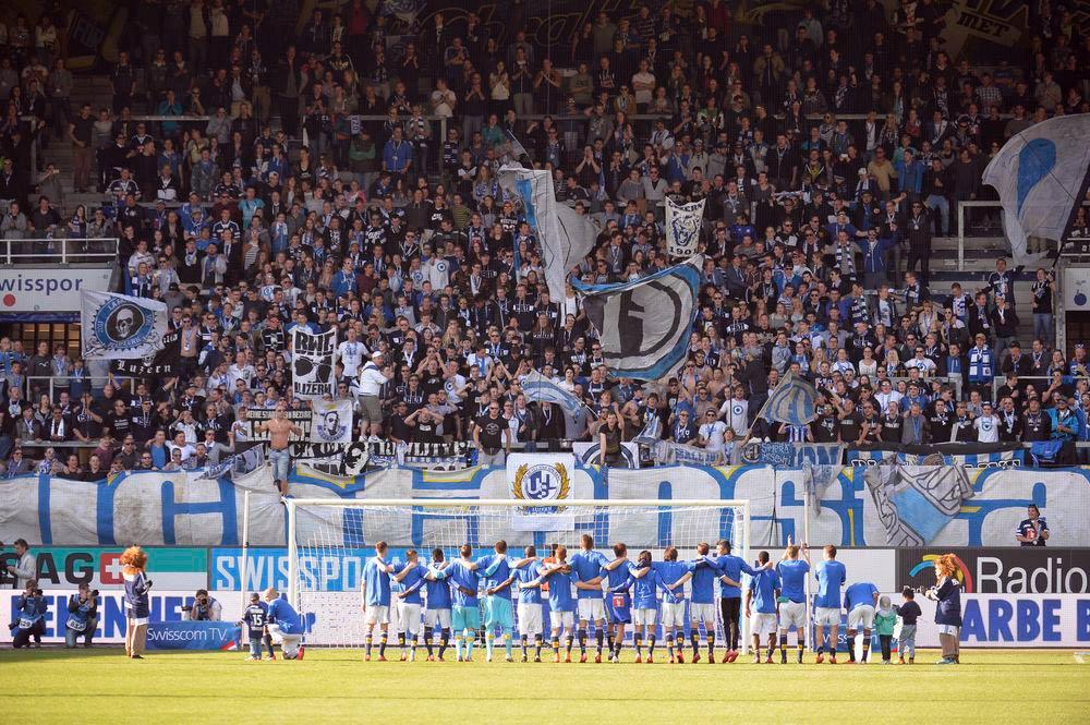 Nach dem gewonnen Spiel vom letzten Sonntag gegen GC bedanken sich die Spieler bei den Fans (Bild: Dominik Stegemann)