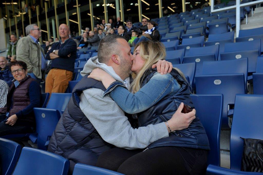 Christoph Lenz küsst Linda La Bella nach maximal erfolgreich erfolgtem Heiratsantrag.