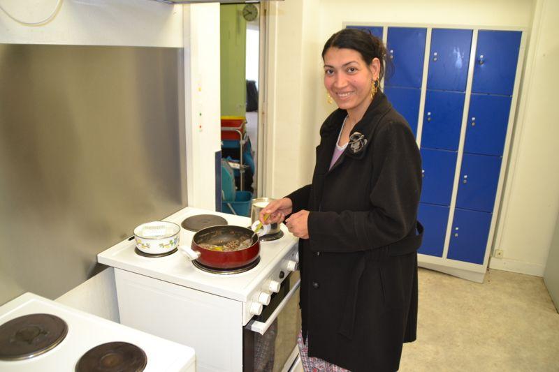 Sie kocht ein Frühstück für sich und ihre kleinen Kinder.
