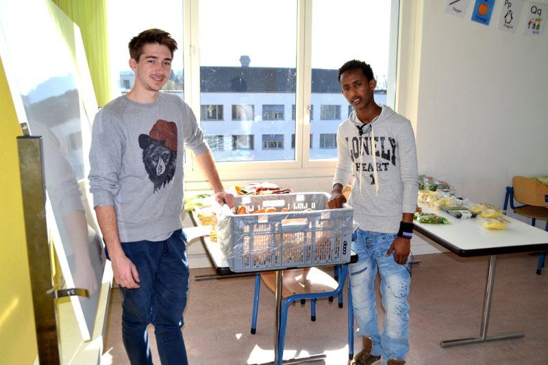 Der Zivi Micha Amstad und sein Kollege organisieren die Essenverteilung von «Schweizer Tafel».