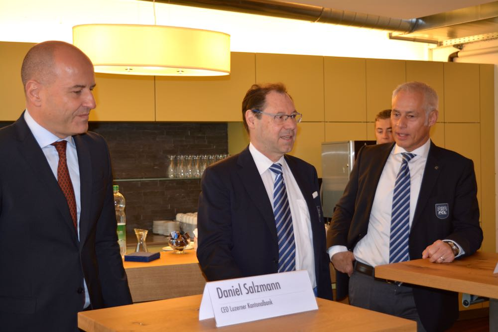 LUKB-Chef Daniel Salzmann, FCL-Mediensprecher Max Fischer und FCL-Präsident Ruedi Stäger vor den Medien.