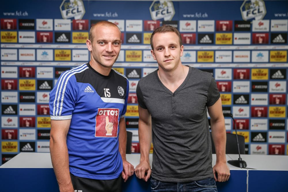 FCL-Stürmer Marco Schneuwly mit zentralplus-Sportautor Saverio Genzoli (Bild: Roman Beer).