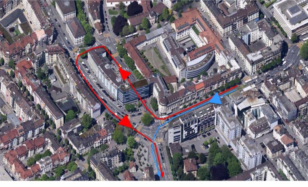 Neue Verkehrsführung am Pilatusplatz: Neu wird der vom Bahnhof her kommende Verkehr um den Häuserblock geführt (rot). Bisher kann direkt links in die Obergrundstrasse Richtung Kriens abgebogen werden (blau). Das soll künftig nicht mehr möglich sein.
