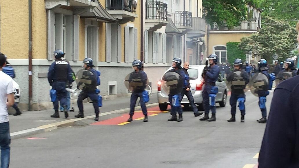 Polizisten stehen vor die FCL-Fans, von hinten marschieren die FCZ-Fans die Hirschmattstrasse runter.