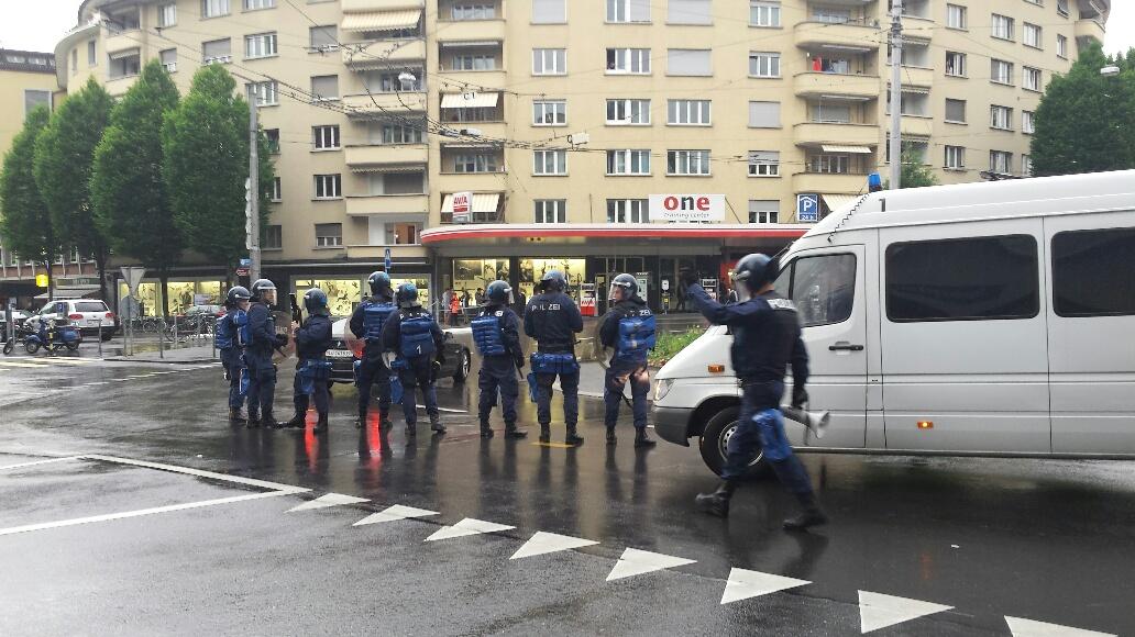 Starke Polizeikräfte riegeln am Pfingstmontag den Bundesplatz ab, um den Heimmarsch der Zürichfans zu ermöglichen.