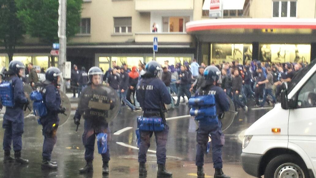 Starke Polizeikräfte riegeln den Bundesplatz ab, um den Heimmarsch der Zürichfans zu ermöglichen.