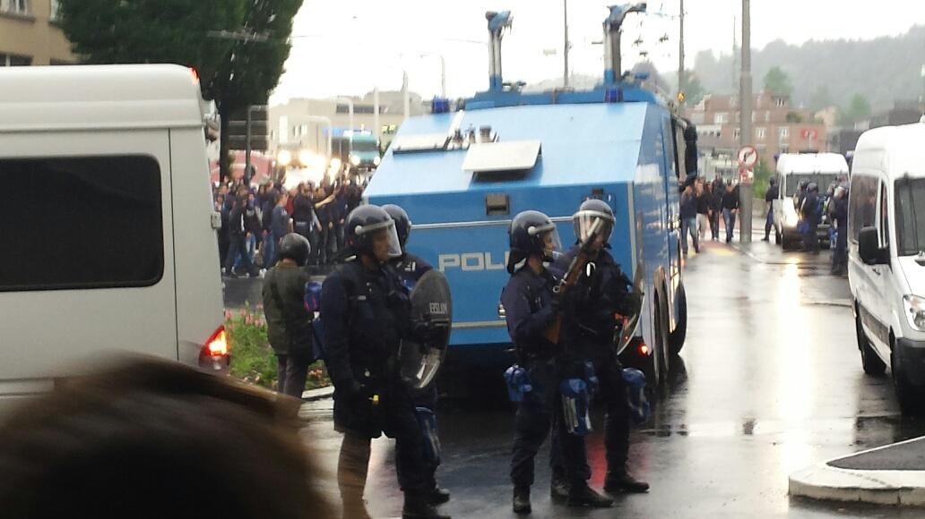Nach dem Spiel sichert die Polizei auf dem Bundesplatz den Abmarsch der FCZ-Fans Richtung Bahnhof. Im Hintergrund zu sehen sind FCZ-Fans, die in Richtung FCL-Fans provozieren.