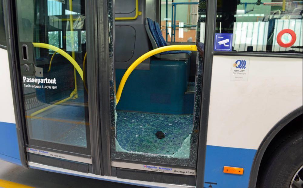 Beim Bundesplatz stiegen Zürcher aus dem Bussen und griffen dort FCL-Fans an. (Bild: Luzerner Polizei)