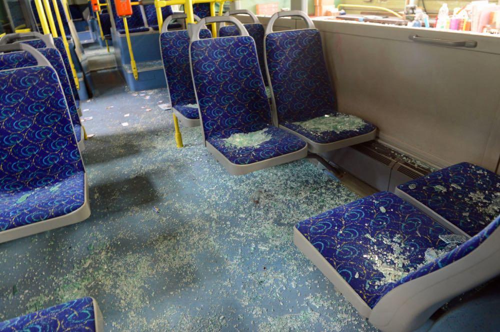 Luzerner bewarfen den Buskonvoi der FCZ-Fans mit Steinen und schlugen mit Eisenstangen auf die Fahrzeuge ein. (Bild: Luzerner Polizei)