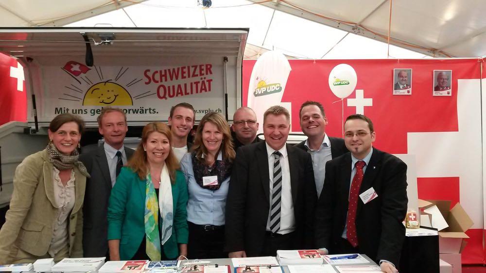 Thomas Schärli (ganz rechts) unter anderem mit SVP-Präsident Toni Brunner (Dritter von rechts) am diesjährigen SVP-Luga-Stand.