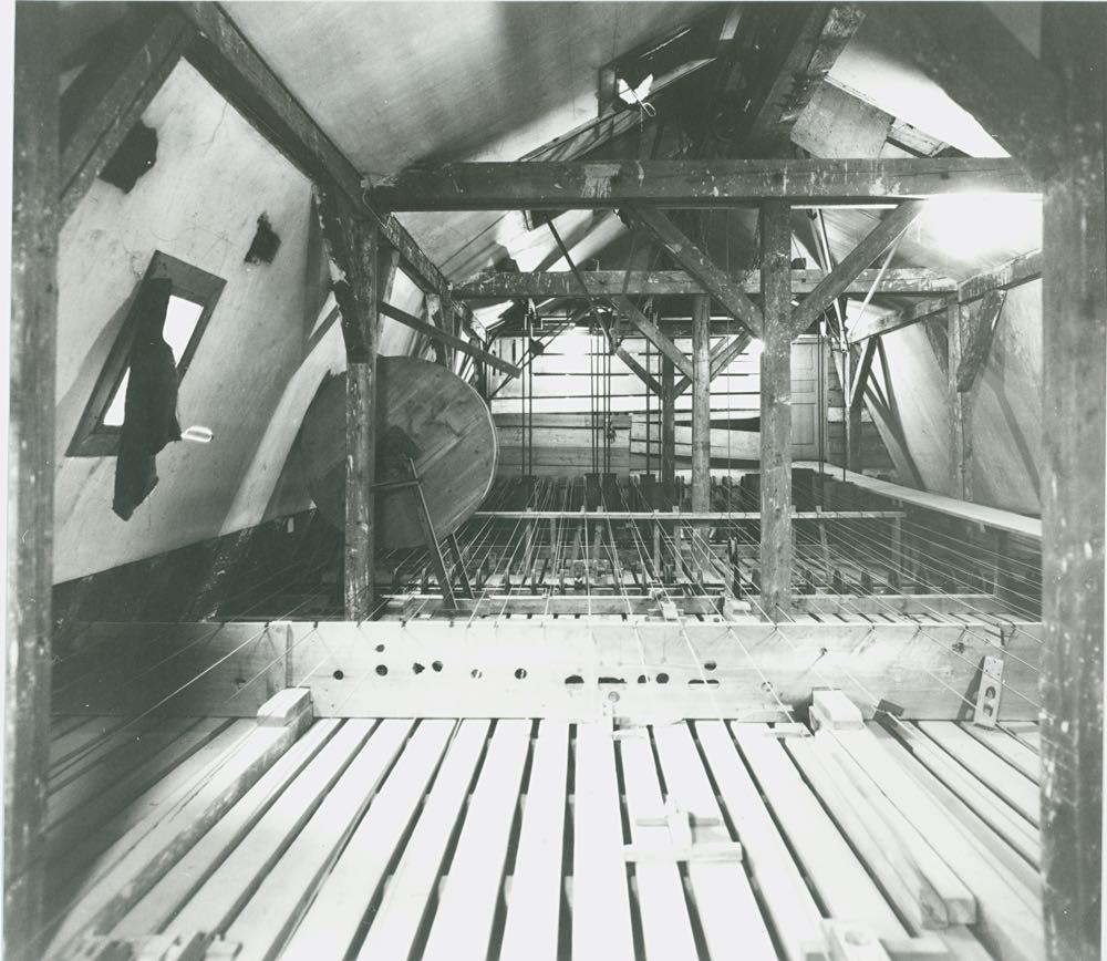 Die Regenmaschine bei der Fernstation im Dachboden der Hofkirche. (Bild: Stadtarchiv Luzern)