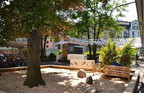 Der Schnitzelplatz rund um den Baum wurde für die Kinder angelegt.