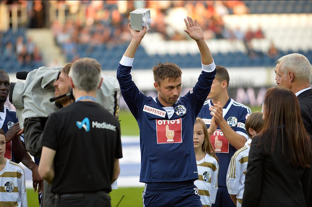 Alain Wiss bedankt sich bei den FCL-Offiziellen und den Fans für die tolle Zeit in Luzern. Die Fans dankten es ihrerseits mit langen Sprechchören (Bild: Dominik Stegemann).